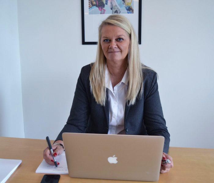 Vibeke Welle Hansen fra GoWeb ApS sidder ved sin PC, klart til at tage noter om kundens behov og ønsker.
